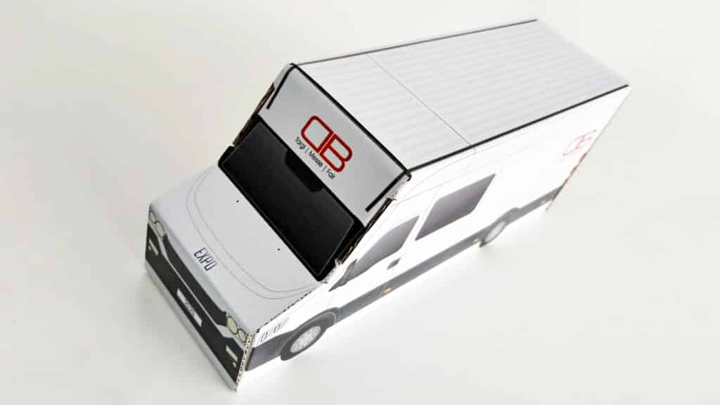 Pudełko tekturowe w kształcie auta dostawczego.