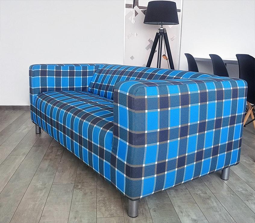 Sofa z indywidualnym okryciem drukowanym za pomocą technologii druku sublimacyjnego.
