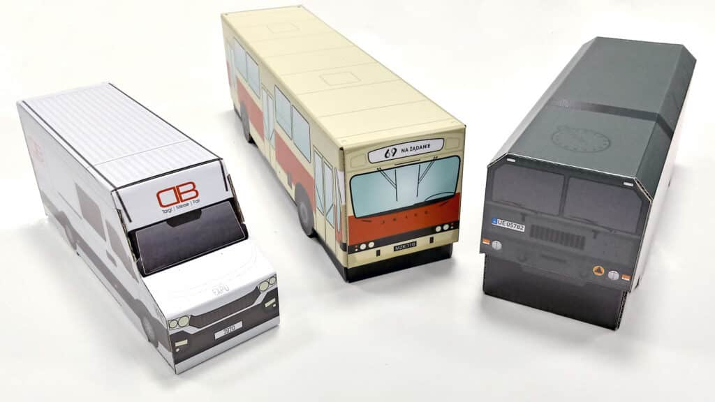 Opakowania tekturowe w kształcie pojazdów.